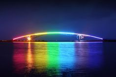 As pontes mais esquisitas do mundo: 11 - Ponte de Xiying, Taiwan: durante o dia, a ponte de Xiying não parece ter nada de muito especial. Mas, à noite, a construção situada na cidade de Magong, no Taiwan, tem uma iluminação de arco-íris de cada lado, dando uma linda coloração às águas sobre as quais foi construída e cria um espetáculo único. Foto: Kaba.