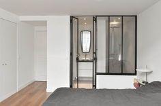 Suite parentale : Une verrière pour séparer l'espace chambre de l'espace salle de bain.