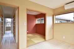 O-H house:階段を上がり寝室につながる廊下の両側には本棚があります。和室の壁全体がアクセントウォールになっています。