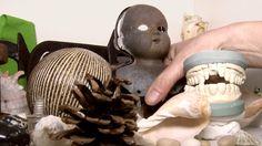 AugenZeugeKunst hat Susanne Haun in ihrem Berliner Atelier besucht. Im Interview beschreibt die Künstlerin und Netzwerkerin was sie am Zeichnen fasziniert, wovon sie sich inspirieren lässt und wie sie vorgeht. Vor der Kamera entwickelt sie ein Stillleben aus ihrer Raritätensammlung und lässt eine Zeichnung entstehen.  Susanne Haun: https://susannehaun.com   Soundtrack: »Rihards Funts« von Ergo Phizmiz & Margita Zalite http://freemusicarchive.org/music/Ergo_Phizmiz_amp_Margita_Zalite ...