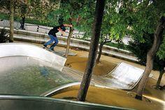 """""""A primeira vez que você ver esse playground de crianças vai querer saber se realmente foi feito para as crianças ou para andar de skate. Basta imaginar a velocidade que Juan desceu o escorregador."""""""