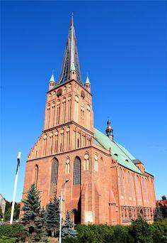 Szczecin, katedra św. Jakuba. Dziś wznosi się na 110 m, co czyni katedrę drugim pod względem wysokości kościołem na terenie Polski.