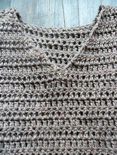 Tein tuubikaulurille kaverin. Virkkasin paljon isommalla koukulla (5.5), mitä vyyhdessä suositeltiin (4). Halusin paidasta verkko...