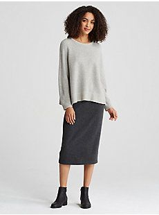 A simple sweater in recycled cashmere. Deep side slits and an assymetrical hemline add modern flair.
