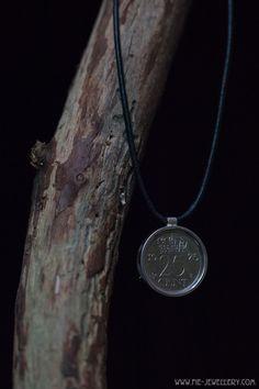 Zilveren hanger kwartje in muntzetting Silver Quarters, Handmade Jewellery, Contemporary Jewellery, Arrow Necklace, Hanger, Pendant, Jewelry, Handmade Jewelry, Clothes Hanger