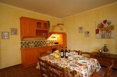 Woonkeuken met eettafel voor 6  personen. Deze accommodatie is gelegen in Toscane en te boeken via Tritt - case in Toscane