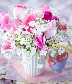 Schon wenige Blumen in einer hübschen Vase holen uns den Frühling auf den Tisch!