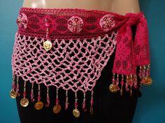 Lenço de quadril para dança do ventre. Confeccionado em crochê rosa, possui uma faixa de renda com elastano, bordado em pedrarias e moedas de metal dourado. Ideal para compor figurinos diferenciados. Também pode ser usado durante aulas de dança.