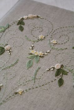 Elisabetta ricami a mano: Les broderie de Marie et Cie. Herb Embroidery, Embroidery Hearts, Floral Embroidery Patterns, Embroidery Sampler, Simple Embroidery, Silk Ribbon Embroidery, Hand Embroidery Designs, Embroidery Stitches, Lace Beadwork