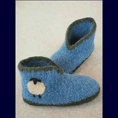 Ravelry: Crocheted Felt Boot Slippers pattern by Bev Galeskas Toddler Mittens, Felt Boots, Felt Pouch, Knit Baby Booties, Crochet Coat, Knitted Flowers, Felted Slippers, Slipper Boots, Cute Hats