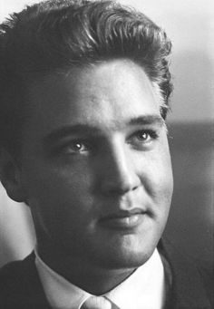 Elvis Presley    Love this photo of Elvis