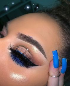 simple eye makeup with pop of blue liner and glitter cut crease Einfaches Augen-Make-up mit blauem Liner und Glitzerfalte Makeup Eye Looks, Makeup For Green Eyes, Blue Eye Makeup, Pretty Makeup, Gorgeous Makeup, Awesome Makeup, Makeup With White Dress, Fancy Makeup, Black Girl Makeup