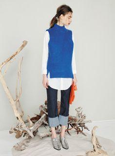 ビビットな青のボトルネックベストはこう着こなす♡シャツとのレイヤードを楽しんで。ボトルネックベストのトレンド♪人気・おすすめのコーデまとめ♡