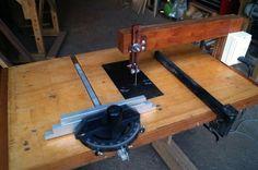 Montaje invertido de una sierra caladora Router Table Plans, Diy Easel, Wood Jig, Home Building Tips, Jigsaw Table, Cnc Milling Machine, Diy Workbench, Diy Cnc, Drill Press