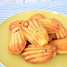 Deze hartige madeleines zijn weer even heel iets anders dan de bekende zoete cakejes. Ik maakte ze met Parmezaanse kaas en tomaat en geef je hier het recept