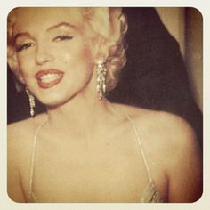 Marilyn Monroe (a. Norma Jeane Baker) was born exactly 85 years ago today. If you're not already aware that Marilyn Monroe was and still is the quintessential American sex symbol, then this galler Estilo Marilyn Monroe, Fotos Marilyn Monroe, Gentlemen Prefer Blondes, Bruce Lee, Beverly Hills, Most Beautiful Women, Beautiful People, Absolutely Gorgeous, 1950s Makeup