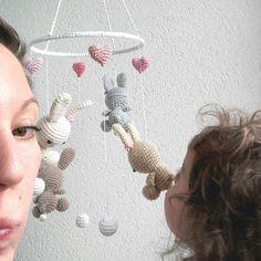 Ich kann so nicht arbeiten...Fotobombe mal zwei  #fotobomb #mobile #heartdeconextmobile #hase #bunny #herz #häschen #crochetbunny #kidsroom #kids #babyzimmer #kinderzimmer #babystuff #crochetartist #crocheting #crochetaddict #hekling #hakle #hækeln #häkeltante #häkeln #örgü #croché  #schwanger2016 #crochetersofinstagram #crocheterofinstagram #auftragsarbeit #heartdeco by heartdeco.ch