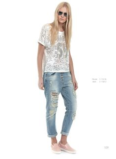 Casual top and boyfriend jeans for today! Match a pair of trendy sneakers for a really outstanding outfit!