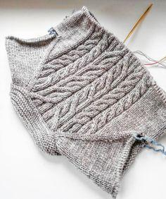 Наверное, у всех, чьи будни проходят на работе,  суботнее утро выглядит одинаково: убрать,  постирать,  наготовить... Ну а после,  можно и повязать   #вязание #вяжутнетолькобабушки #вязаниеспицами #кардиганспицами #араны #knit #knitting_inspiration #knitted #knitting #i_loveknitting #instaknitting #knitstagram #yarnaddict #knitoholic