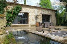 Située en Provence, dans le Lubéron Sud, à 25 mn d'Aix en Provence et à 5 mn de Lourmarin. Moulin du 18ème siècle, rénovation contemporaine. Grands volumes, lumineux. Surface habitable ...