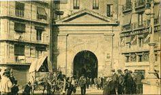 Anys 1900-1910. Lleida, Arc del Pont. El principal portal medieval de la ciutat és l'únic que va salvar-se de l'enderroc de les muralles a ...