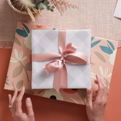 It& super easy to tie a perfect bow on a present! Let Hallmark& expert gift wrappers show you this gift wrap technique that adds a beautiful finishing touch to any gift - birthday, wedding, baby shower, or Christmas! Creative Gift Wrapping, Creative Gifts, Easy Gift Wrapping Ideas, Gift Wrapping Ideas For Birthdays, Birthday Wrapping Ideas, Creative Gift Packaging, Japanese Gift Wrapping, Baby Gift Wrapping, Baby Shower Wrapping
