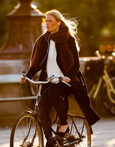 Copenhagen Bikehaven by Mellbin - Bike Cycle Bicycle - 2014 - 0280 - Women's style: Patterns of sustainability Cycle Chic, Skandinavian Fashion, Outfit Invierno, Female Cyclist, Road Bike Women, Women Motorcycle, Motorcycle Helmets, Cycling Girls, Retro Stil