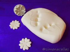 Fondant facut in casa simplu si gustos Este cel mai bun fondant, pentru că e foarte maleabil, catifelat, şi este extraordinar de gustos Fondant, Baking Basics, Sugar Paste, Sugar Flowers, Cheesecakes, Frosting, Cake Recipes, Cake Decorating, Food And Drink