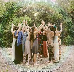 """J'ai animé mon premier cercle de femmes en janvier dernier, depuis nous nous réunissons tous les soirs de pleine lune... le groupe varie selon les disponibilités de chacune mais je peux dire aujourd'hui qu'il y a un """"noyau dur"""" qui est présent et se renforce... Wicca, Male Witch, Halloween Eyes, Sacred Feminine, Spiritual Path, Coven, Aphrodite, Witchcraft, Instagram"""