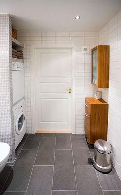 Bilderesultat for baderom med vaskemaskin Stacked Washer Dryer, Washer And Dryer, Basement Bathroom, Laundry, Home Appliances, Google, Bathroom, Tiles, Quartos