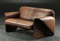Gerd Lange for De Sede. To-pers. sofa betrukket med patineret kraftigt brunt læder. L. 135 cm. Formgivet i 1978. Fremstillet hos De Sede, Schweiz, model DS-125. Brugsspor/patina. Se også varenummer: 4124010.