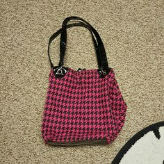 Black and pink purse Cute black and pink purse. Has small side pockets on inside Bags