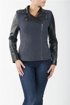 En jakke med ull i midtstykket og PVC på ermene og kragen. Den har glidelås på den ene siden av jakken og på lommene foran. Kommer i fargen Blå. 50% Ull, 50% Polyester. Kan vaskes på 40 grader.