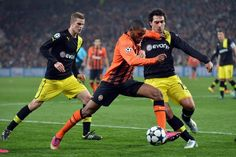 Luiz Adriano pugna con Mats Hummels