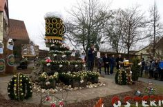 Liebevoll schmückten rund 30 Mitglieder der Osterbrunnenfreunde aus Kleingesee die Anlage. 15 Frauen hatten die Eier für den Bierosterbrunnen vorher bemalt. Fotos: Thomas Weichert