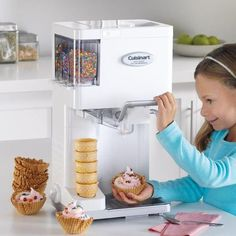 Make professional-quality soft ice cream, yogurt, sorbet, and sherbet right at home with this fully automatic, soft-serve ice-cream maker. Ice Cream Desserts, Frozen Desserts, Ice Cream Recipes, Diy Ice Cream, Homemade Ice Cream, Photos Folles, Electric Ice Cream Maker, Do It Yourself Food, Cool Inventions