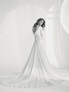 Vestido de noiva com decote assimétrico e costas redondas - Raigal - Pronovias | Pronovias