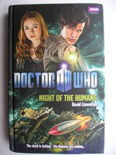 """Il romanzo """"La notte degli umani"""" (""""Night of the Humans"""") di David Llewellyn è stato pubblicato per la prima volta nel 2010. In Italia è stato pubblicato da Asengard edizioni nella traduzione di Luca Tarenzi. Ha come protagonisti l'Undicesimo Dottore ed Amy Pond. Immagine di copertina della BBC. Clicca per leggere una recensione di questo romanzo!"""