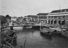 1930's - Soerabaja, Jembatan Merah dengan geliat perdagangan pada saat itu. Saksi bisu tewasnya AWS Mallaby, Jendral Besar Belanda oleh arek2 Suroboyo.