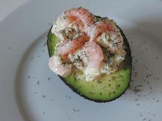 Avocat+garni+de+crevettes+roses+parfumées+à+la+ciboulette+et+aneth