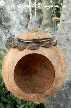 nichoir à oiseaux écologique, colerette pomme de pin, pompon fruit de magnolia : Animaux par arabesques-et-monogrammes