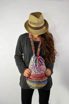 Einfach unkompliziert...! Gehäkelte Beuteltasche. Sencillamente descomplicado..! Bolso tejido en crochet. Foto: Fotodesign Osorio Model: Simone Schneider www.tiendas-leyla-wolf.de