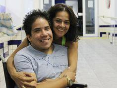 Jovem Álvaro Menacho e a mãe, em Cuiabá. (Foto: Nathalia Lorentz/G1)