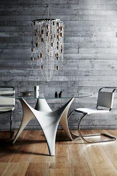 Post- Piezas de decoración con nombre propio- Glass and cork chandelier from Suzie Stanford. - Knoll 'MR' chairs by Mies van der Rohe from De De Ce. -...