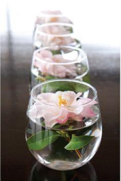 vases en verre originaux avec des roses tendres
