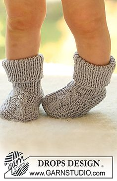 Little Gent Socks / DROPS Baby - Free knitting patterns by DROPS Design - DROPS socks with plait in extra fine merino. Free patterns by DROPS Design. Baby Knitting Patterns, Knitting For Kids, Crochet For Kids, Baby Patterns, Crochet Baby, Knitted Baby, Crochet Patterns, Crochet Socks, Knitting Socks