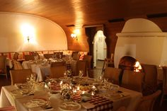 Fondue-Abend im Kaminzimmer im Seehaus, Winterhochzeit in den Bergen am Riessersee Hotel Garmisch-Partenkirchen in Bayern, Kupfer, Dunkelrot, Hellblau, Grau, Winter wedding abroad Bavaria in copper, ruby red, light blue