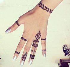 Henna inspiración Agenda tu cita al Direct Henna Hand Designs, Small Henna Designs, Henna Tattoo Designs Arm, Mehndi Designs Finger, Small Henna Tattoos, Mehndi Designs For Fingers, Beautiful Henna Designs, Best Mehndi Designs, Paisley Tattoos