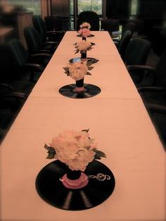 centro de mesa hecho con disco y flores motivo musical