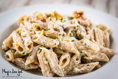La pasta al salmone, ricotta e pistacchi è un variante più leggera della versione tradizionale fatta con la panna. Terminate le feste ci si trova solitamen